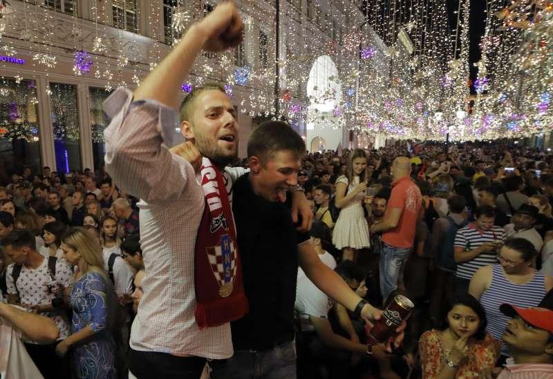 世界盃期間數十萬男球迷湧入俄羅斯,引發性別歧視與女權議論。(美聯社)