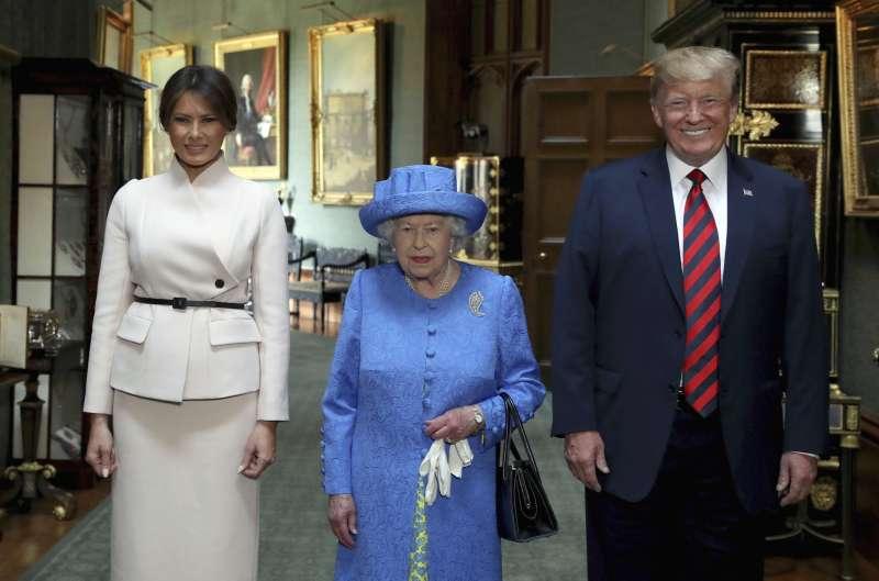 美國總統川普(右)、美國第一夫人梅蘭妮亞(左)、英國女王(中)於13日在溫莎城堡茶敘(美聯社)