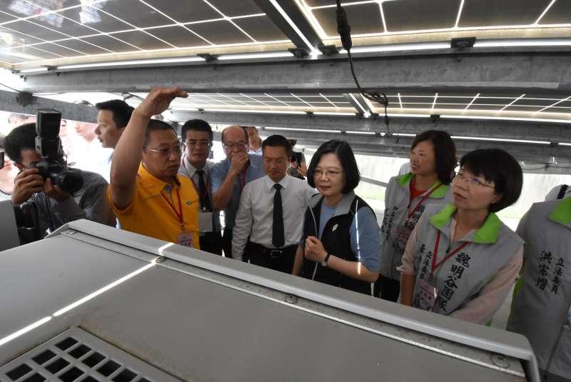 蔡英文總統視察彰化校園種電成果,聽取太陽能板應用現況。(圖/彰化縣政府提供)