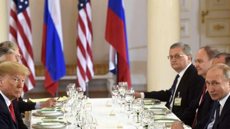 美國總統川普(左)與俄羅斯總統普京在芬蘭首都赫爾辛基舉行高峰會,閉門會議結束後,雙方共進工作午宴(美聯社)