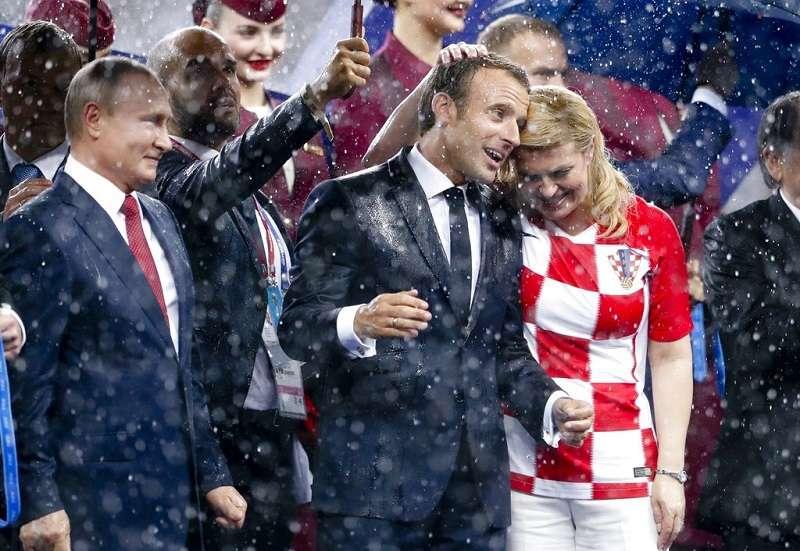 俄羅斯總統普京(左) ,法國總統馬克宏(右二)與克羅埃西亞總統季塔洛維琪(右) ,共同出席了世足閉幕典禮。(美聯社)