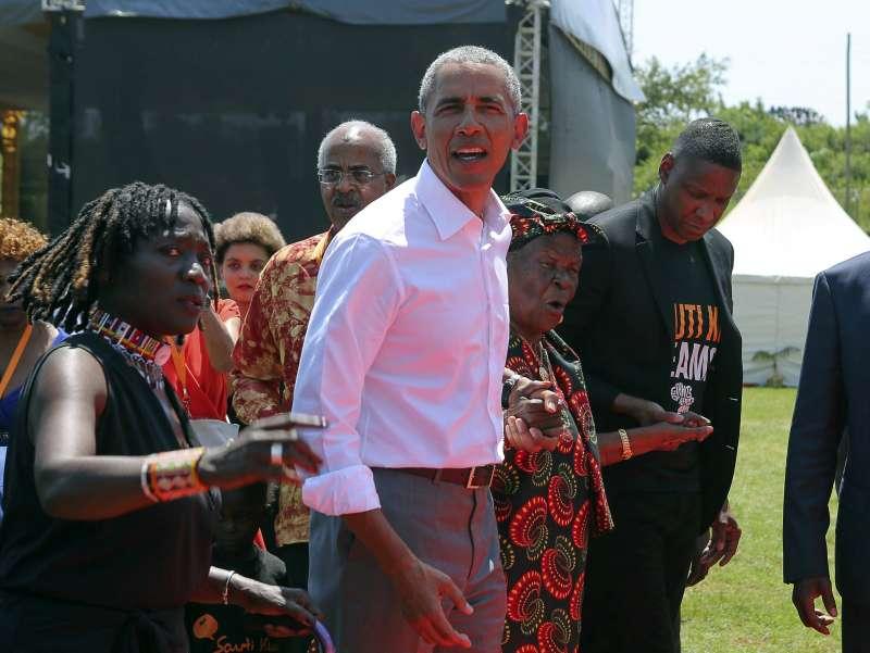 美國前總統歐巴馬卸任後首度訪問父親肯亞老家,出席同父異母姐姐奧瑪(左)募款興建的運動休閒中心開幕典禮(AP)