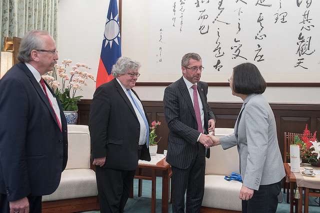 20180717-總統蔡英文接見「歐洲議會跨黨團議員團」,雙方握手致意。(取自總統府)