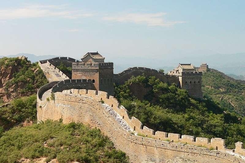 表面雄偉壯觀的萬里長城,底下暗藏著⋯⋯(圖/維基百科)