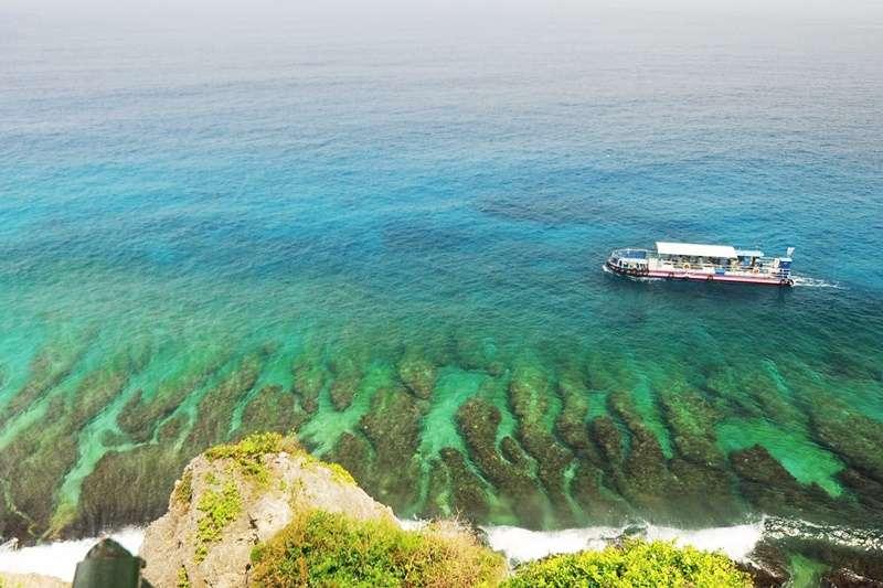 小琉球的望海亭是放空的最佳位置,清澈透明的海水加上特有的珊瑚礁海岸地形,令人看得入迷。(圖/ 台灣係咁玩@facebook)