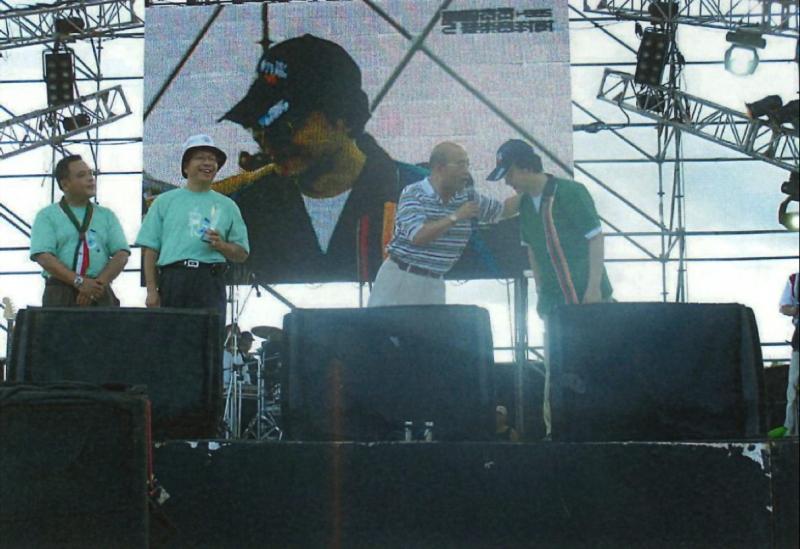 2004年貢寮海洋音樂祭,蘇貞昌縣長與統一7-11贊助商在舞台上進行聯合宣傳。(作者王民提供)