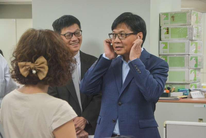 20180717-教育部長葉俊榮訪視國家教育研究院台北院區,對新制課本封面貓頭鷹做描述。(曾定嘉攝)