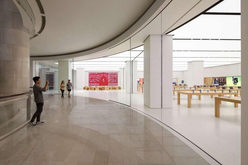 蘋果在去年七月,於台灣開設首家直營店,當時還找來台灣本土剪紙藝術家楊士毅合作。(圖/Apple)