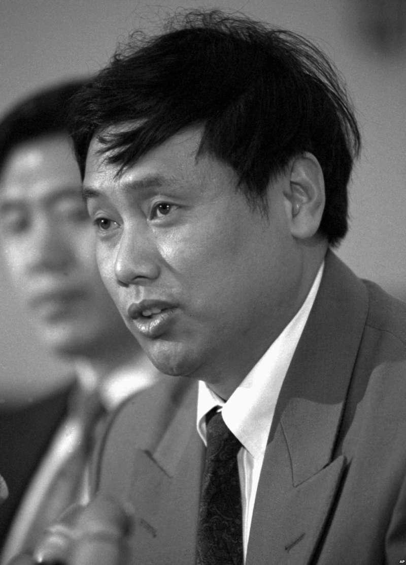 1994年5月12日,中國持不同政見者王軍濤在華盛頓的新聞發佈會上討論人權問題。(AP)