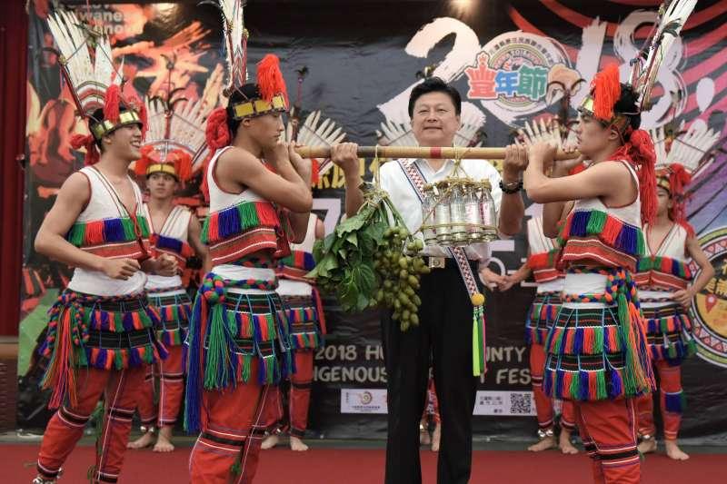 原住民勇士報訊息,由縣長接下檳榔與米酒信物,宣布一年一度的豐年節揭開序幕。(圖/花蓮縣政府提供)