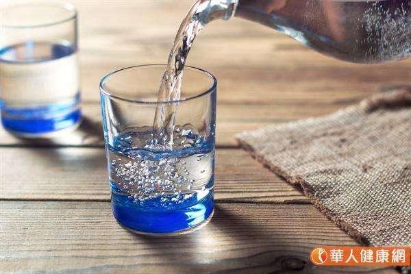 幫身體補充水分,正確做法是每半小時喝3至4口,而不要等到真的渴了才牛飲。(圖/華人健康網)