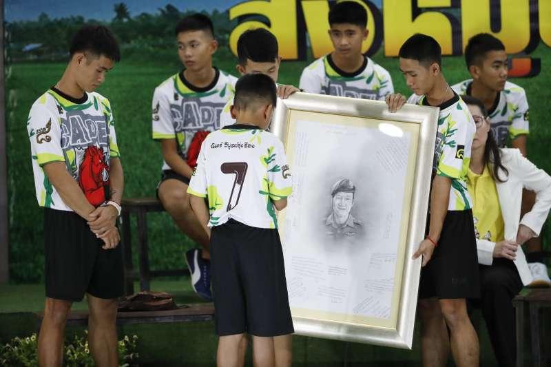 泰國野豬隊12名足球小將和教練全數獲救並出院,特別感謝為了拯教他們而喪生的前海豹隊員薩曼。(美聯社)