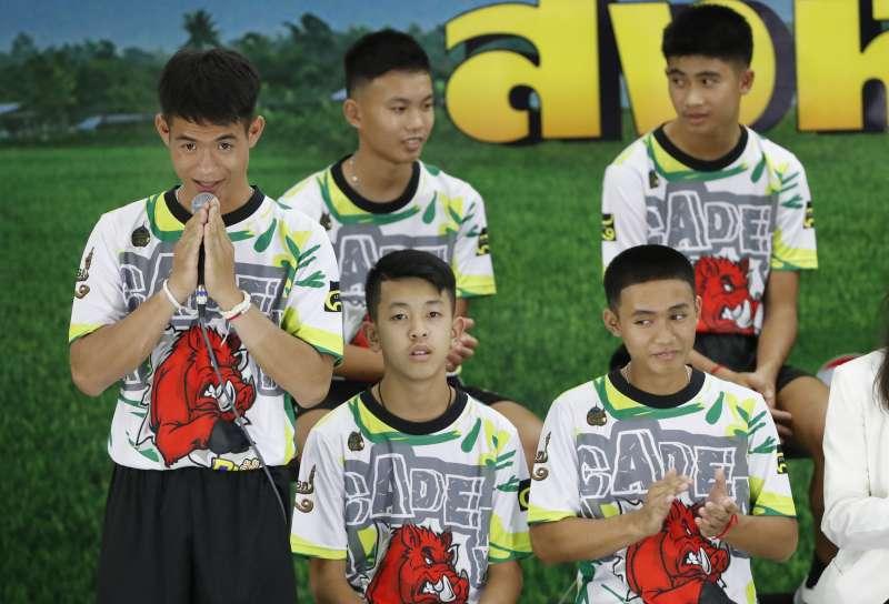 泰國野豬隊12名足球小將和教練全數獲救,今天出院,感謝外界的協助。(美聯社)