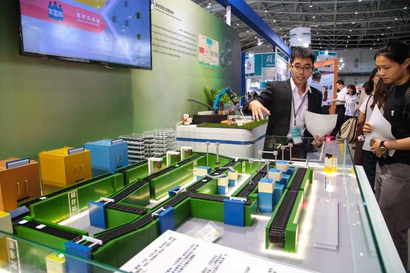20180719-台北南港展覽館19日舉行「2018台灣生技月暨生技大展」,圖為農委會農業科技館攤位智慧化飼育系統。(顏麟宇攝)