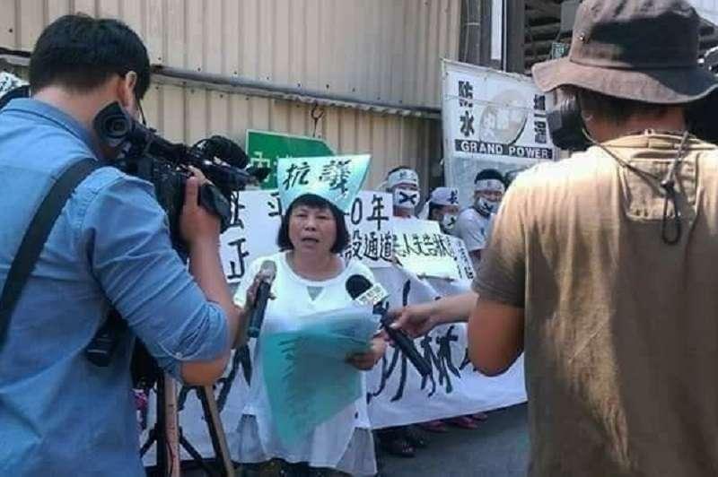 屏東縣議員蔣月惠總是在反迫遷的抗爭街頭。(蔣月惠縣議員服務專區臉書粉絲頁)