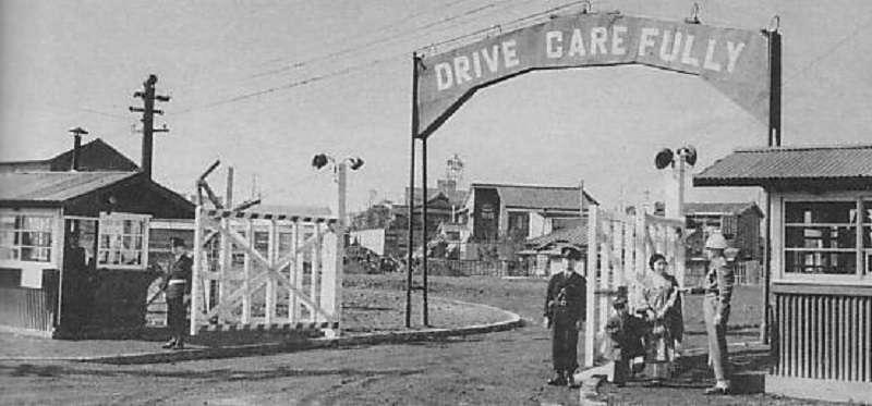 美軍徵用後的巢鴨監獄正門。(維基百科)