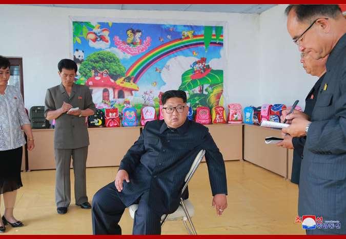 2018年7月,北韓領導人金正恩視察清津皮包廠。(KCNA)