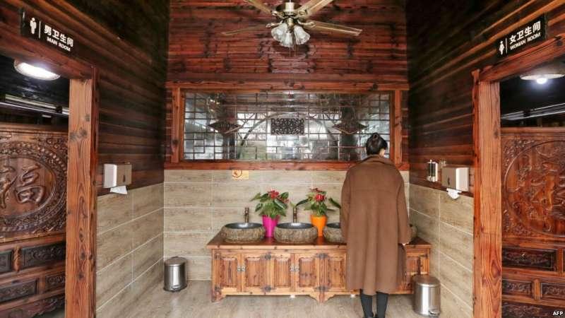 2017年12月4日,中國江蘇省南通市一個公園內的廁所。「廁所革命」原本是中國最高領導人習近平2015年針對旅遊景區不衛生的公廁條件發起的一場改造舉措。截至2018年2月,中國政府已投入210億元興建和改造城市和農村的6萬8000個公廁。(美國之音)