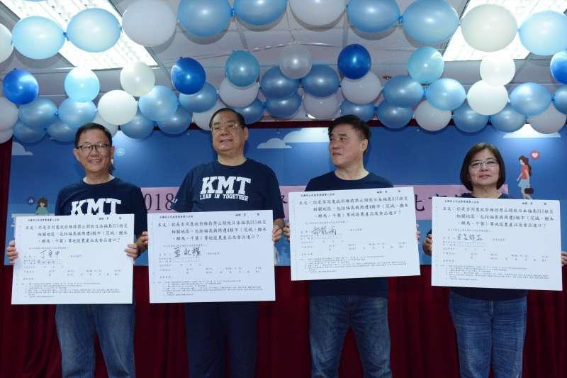 20180724-郝龍斌(右二)、台北市長參選人丁守中(左一)共同簽署反核食公投連署。(龍德成攝)