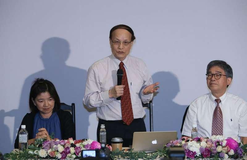 陳其南(中)希望藉強化詮釋,建立故宮文物和台灣的連結。(柯承惠攝)
