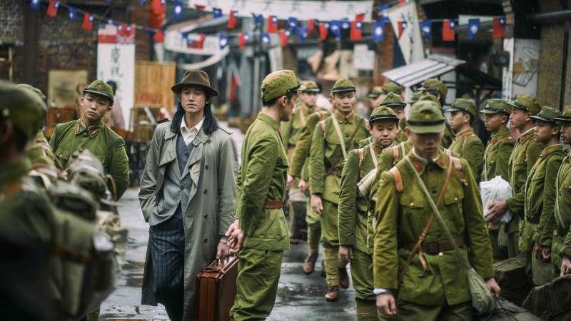 吳慷仁在街上遇上日本軍隊(圖/公視提供)