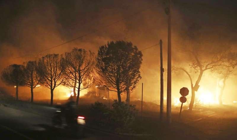 希臘森林大火,馬蒂村遭火吞噬。(AP)