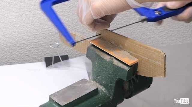日本神人竟用亞馬遜瓦楞紙箱製作刀子3。(圖/翻攝自YouTube  智慧機器人網提供)