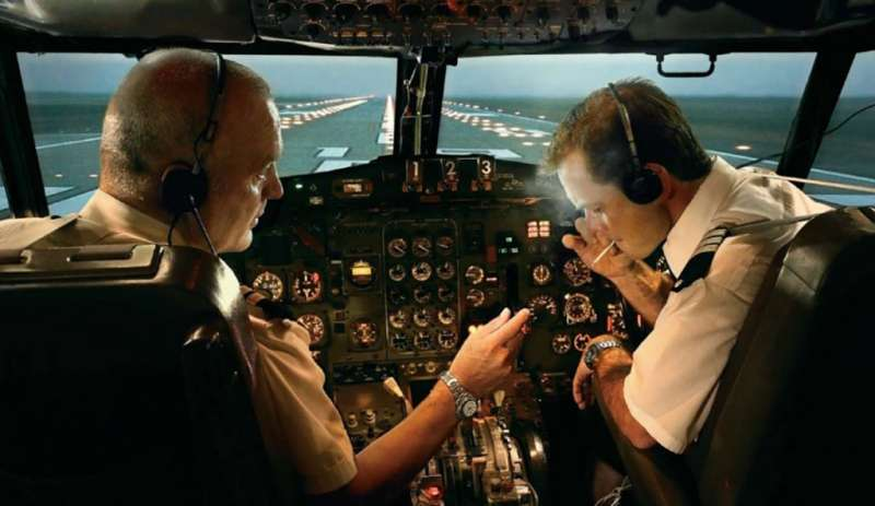 在飛機駕駛艙抽菸。(圖/愛范兒提供)