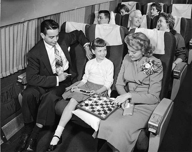 以前搭飛機可以自由在機艙內抽菸。(圖/愛范兒提供)