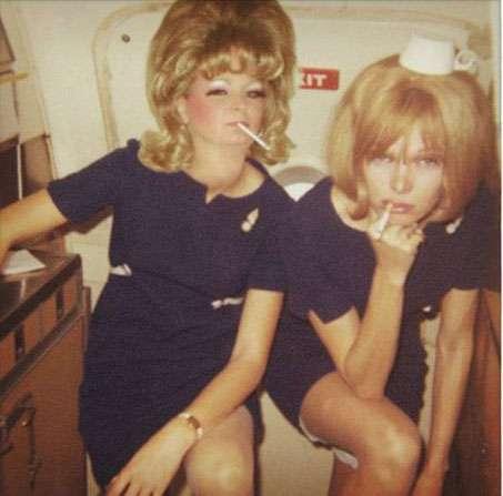 早期在飛機上的空服員/空姐也會抽菸。(圖/愛范兒提供)