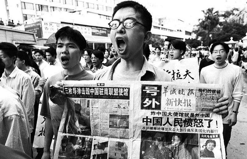 1999年5月8日,中國駐南斯拉夫大使館遭到轟炸。中國掀起了大規模民間抗議浪潮。圖為廣州市大學生上街抗議(圖源:VCG)