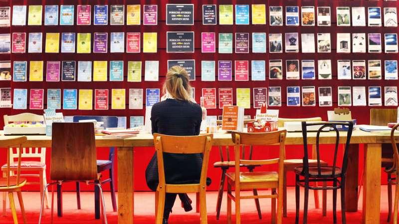 每年10月舉辦的德國法蘭克福書展始終是國際出版業最重要的盛會,圖為2016年法蘭克福書展,一位參展民眾正在閱讀(美聯社)