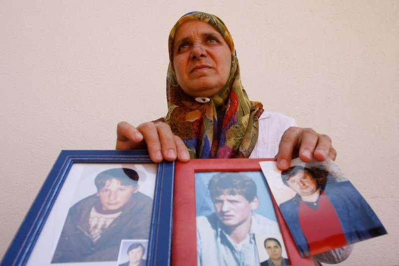「雪布尼查的母親」哈提嘉.梅米多維奇,手中是丈夫與兒子的照片(美聯社)