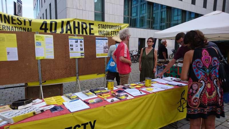 國際特赦組織在街頭擺攤位,為國際上人權受迫害者尋求連署簽名。(圖/劉威良|想想論壇提供)