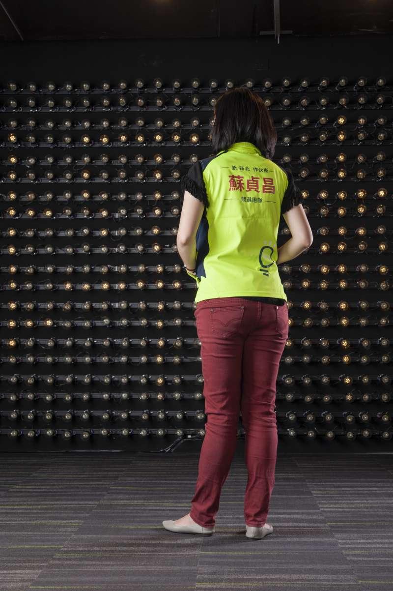 20180731-蘇貞昌競選團隊背心採取雙面設計,一面採取螢光綠設計,背面除了印上蘇貞昌大字外,底下還有招牌電火球。(蘇貞昌辦公室提供)