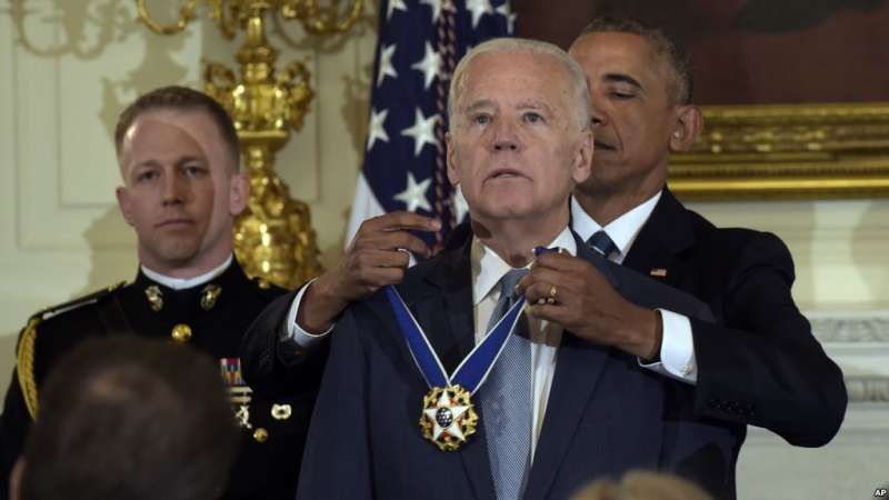 去年1月,歐巴馬卸任前頒授「總統傑出自由勳章」給拜登(AP)