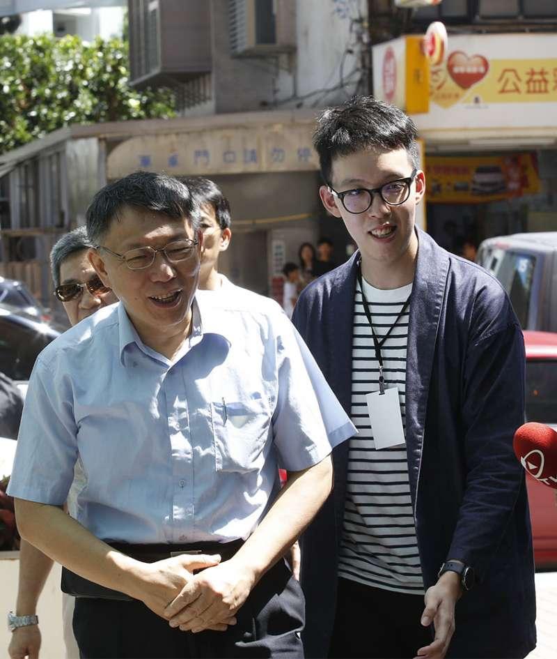 柯文哲(左)的網路社群媒體經營主要由柯昱安(右)操盤。(郭晉瑋攝)