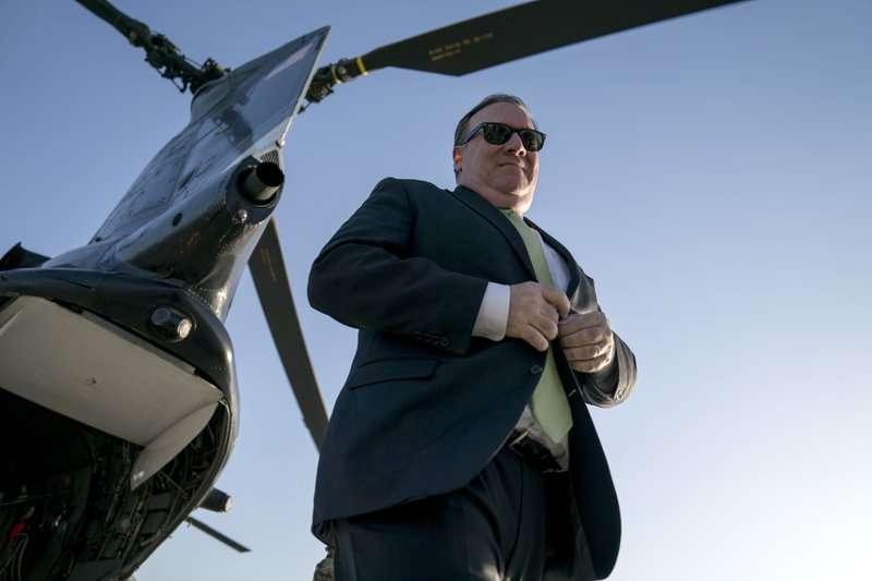 2018年7月9日,美國國務卿龐畢歐抵達阿富汗首都喀布爾。(AP)