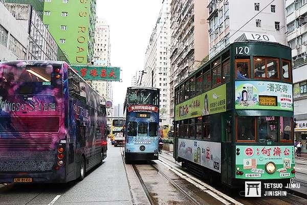 香港島因地狹人稠,所以發展出獨特的雙層路面電車,與雙層巴士,以增進運輸效率,成為相當獨特的景象,圖右為目前現存唯一第五代電車外型的120號車(圖/作者|想想論壇)