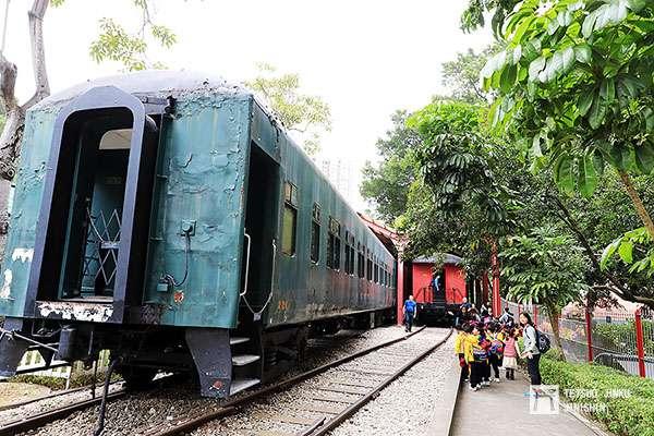 目前香港鐵路博物館所蒐藏的六輛舊型客車,以及前來校外教學的小學生們(圖/作者|想想論壇)