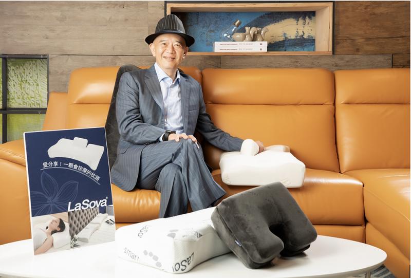 自身的經歷,讓何總裁致力開發盈風LaSova摺枕系列,讓更多人能體會身體自療的重要性(圖 / 風傳媒提供)