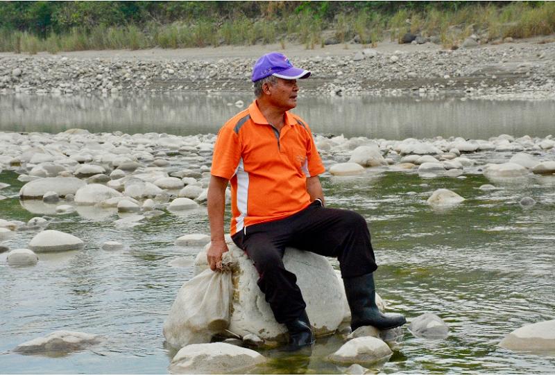 徐吉綠阿伯十幾歲就開始跟著男性長輩走入山川,自己學習剖竹篾、做魚笱,是小林村少數仍精熟各項傳統工藝的大武壠族人。
