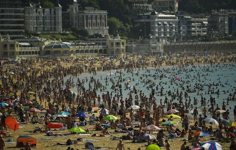 2018年夏天,熱浪侵襲歐洲,西班牙民眾泡水降溫(AP)