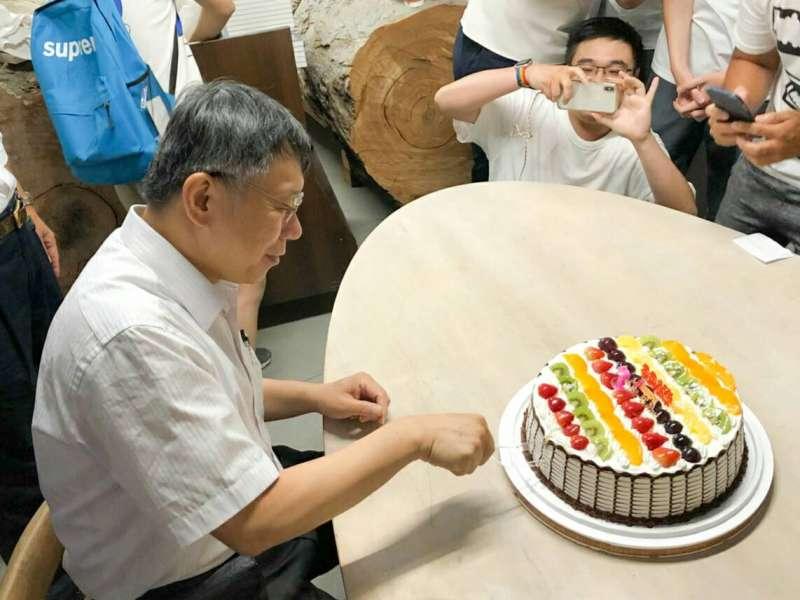 20180804-台北市長柯文哲4日南下台南,舉辦《光榮城市》簽書會,簽書會結束後,後援會粉絲私下為8月6日生日的柯文哲準備蛋糕慶生。(讀者提供)