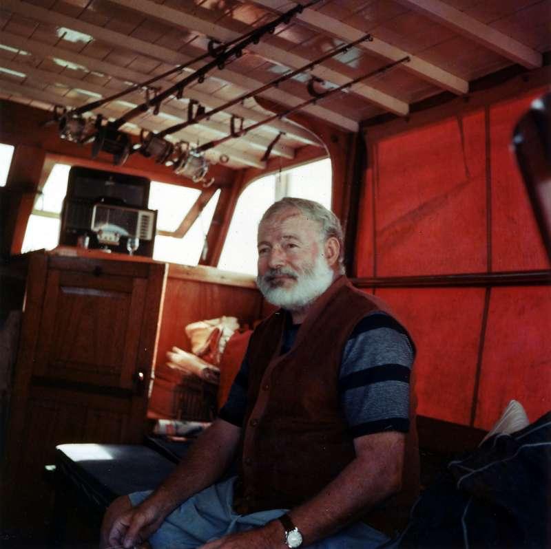 1950年代中,海明威駕著自己的漁船「比拉號」航行於古巴外海(Wikipedia/Public Domain)