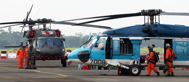 20180807-空軍救護隊未來將由UH-60M(左)取代使用多年的S-70C(右)。(蘇仲泓攝)