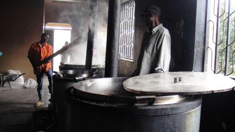 肯亞的主食ugali,玉米粉和熱水拌在一起,在鍋子上不斷翻攪,直到黏稠,只見廚師輕鬆操作大木棍,我試了一下,重得連拿都拿不起來,何況攪動了。(圖/謝幸吟提供)