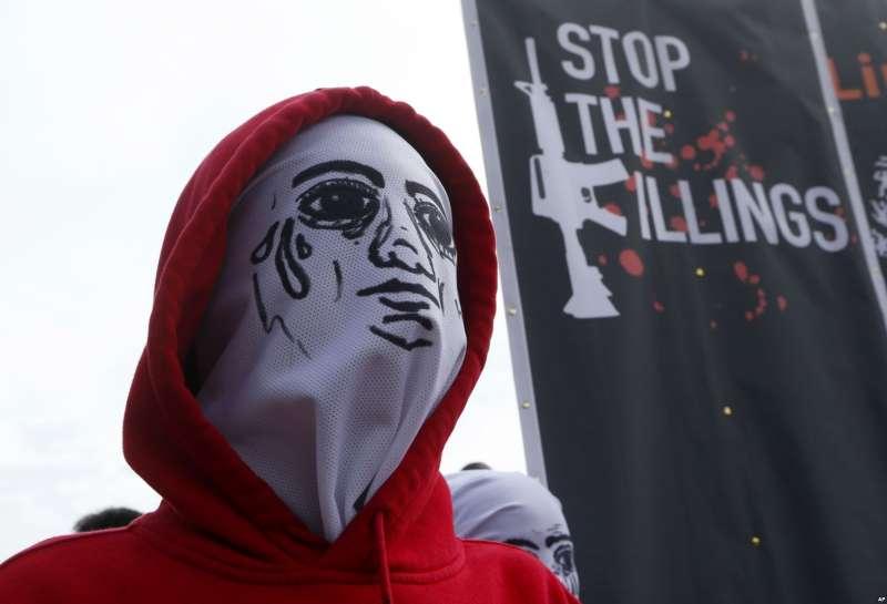 杜特蒂的血腥掃毒行動引發民眾上街抗議。(AP)