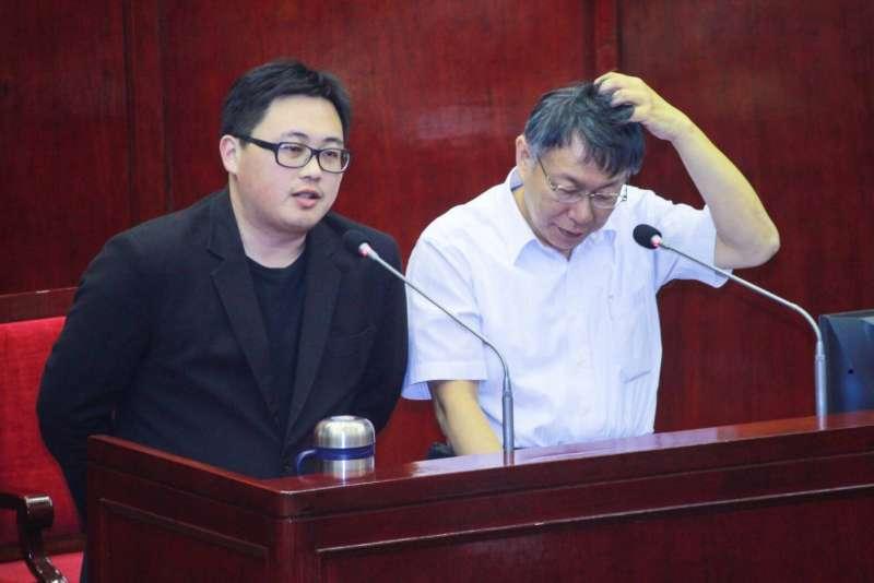20180808-台北市長柯文哲(右)先前的「兩岸一家親」國安會講稿事件,出現壓新聞爭議。市府發言人劉奕霆(左)8日說,市府不會壓新聞。(方炳超攝)