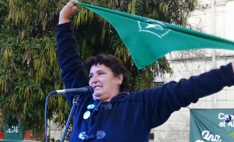 阿塞韋多死後,她的母親奎瓦斯(Norma Cuevas)開始為阿根廷墮胎合法化奔走(截自YouTube)